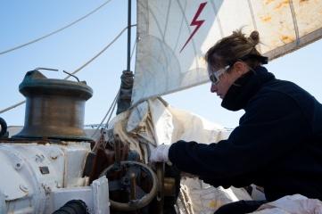 Le second maitre Candice fait briller les cuivres de la goélette Etoile, avant l'arrivée à Kristiansund, Norvège le 20 juin 2015. La goélette Etoile, voilier école de la Marine Nationale, a appareillé de Brest le 18 mai 2015 pour une mission de près de 3 mois dans le grand nord.